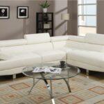 белый кожаный диван со стеклянным столом