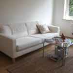 белый кожаный диван с ковром