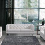 белый кожаный диван с серым ковром