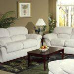 белый кожаный диван с темным столиком