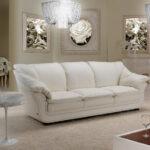 белый кожаный диван с розой