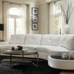белый кожаный диван с икебаной