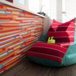 бескаркасное кресло полосатое