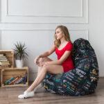 девушка на кресле