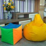 желтое кресло рядом с кубом