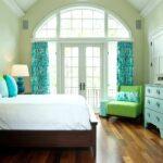 цветастые бирюзовые шторы в спальне
