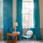 яркие бирюзовые шторы в гостинной