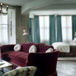 бирюзовые шторы с бордовым диваном