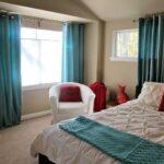 бирюзовые шторы в светлой спальне