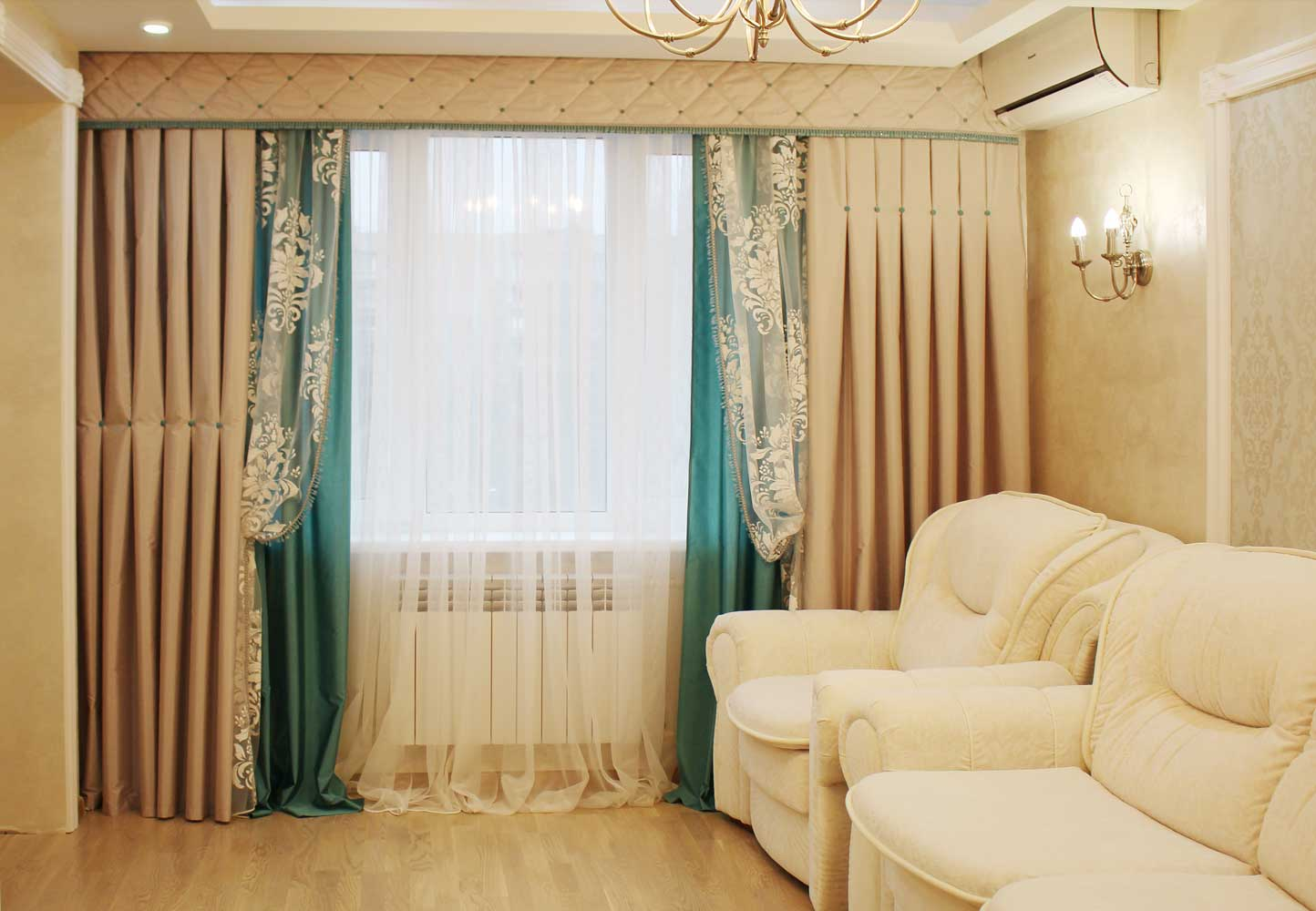 бирюзово-золотые шторы в комнате