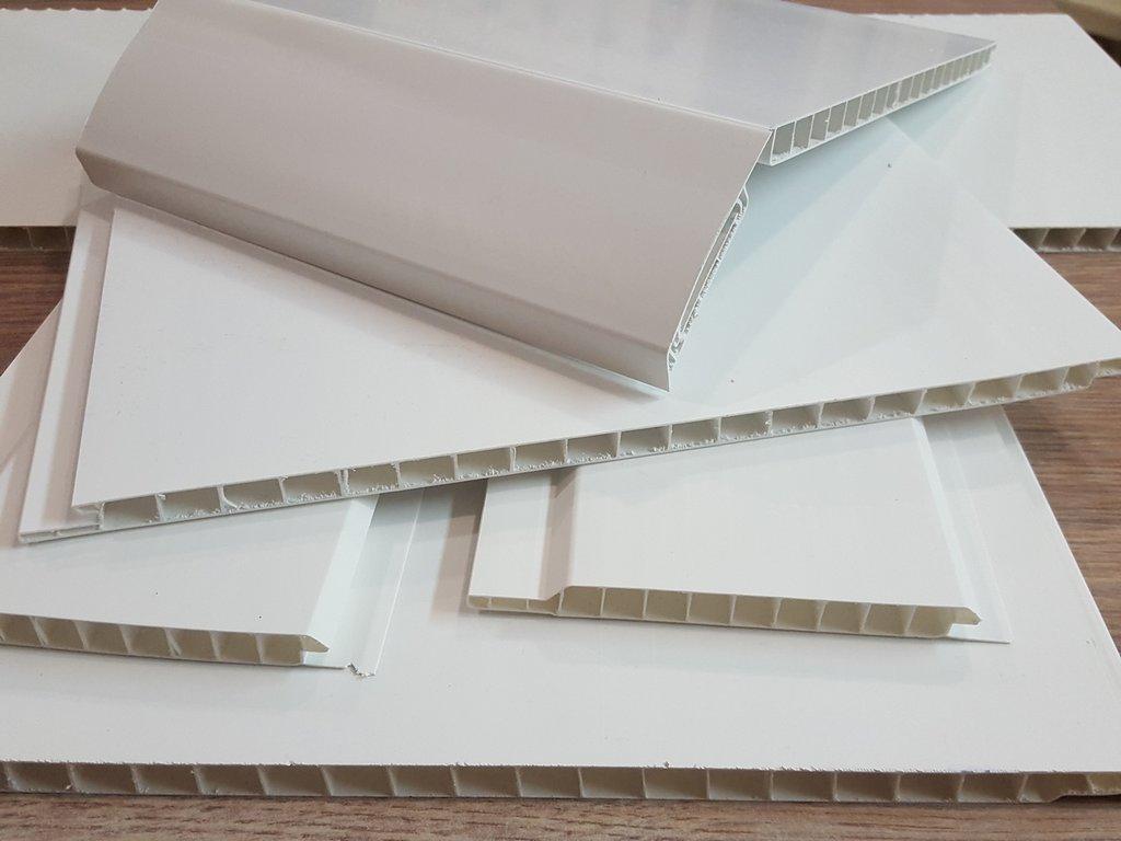 резка пластиковых панелей в стопке