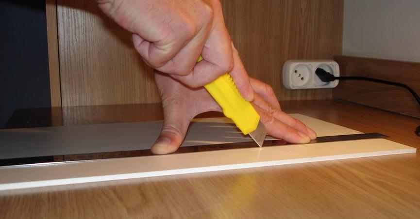 как разрезать пластиковую панель резаком