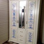 декор белого трехстворчатого шкафа