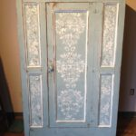 белые узоры на голубом шкафу