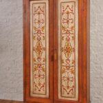 орнаментные узоры на старом шкафу
