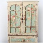 светлый декор старого шкафа