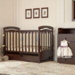 детская кровать коричневая у стены