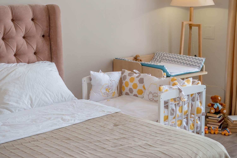 кровать ребенка в спальне у родителей