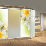 больший светлый задекорированный шкаф