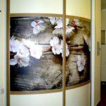 радиусный шкаф с цветами
