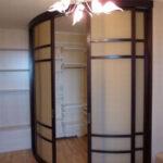 радиусный шкаф с коричневыми полосками