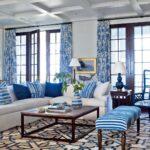 голубые шторы с цветастым орнаментом
