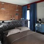 темные голубые шторы в спальне лофт