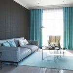 голубые шторы с серыми стенами