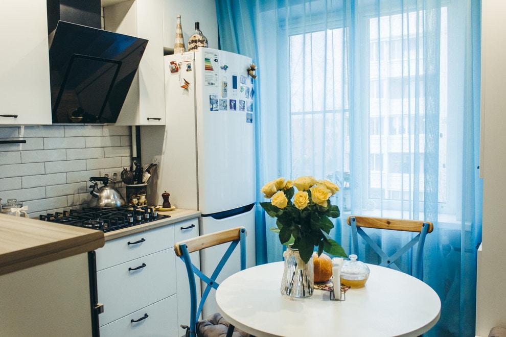 голубые шторы для кухни