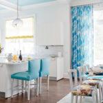 цветастые голубые шторы для кухни