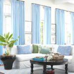 голубые шторы на больших длинных окнах