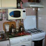 кухня с подвешенной микроволновкой