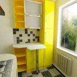 кухня маленькая желтая с барной стойкой