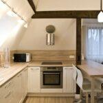 кухня маленькая с высокими стульями
