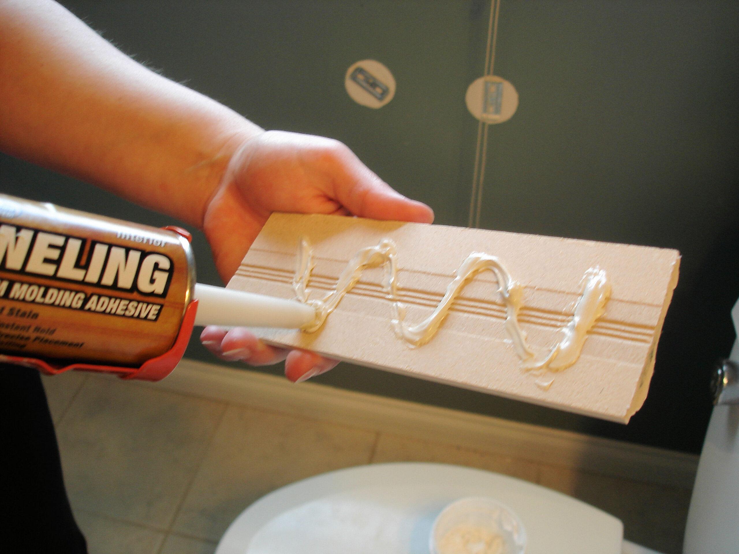 как приклеить кухонный плинтус