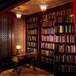 шкаф для книг в доме