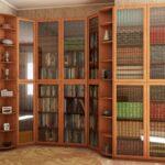 шкаф для книг под стеклом