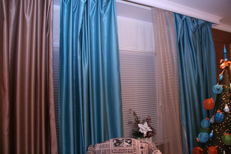 коричнево-голубые шторы в детской