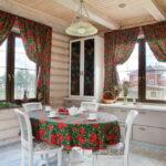 короткие шторы на кухне идеи