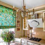 короткие шторы на кухне фото оформления