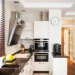 короткие шторы на кухне виды