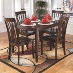 коричневый кухонный стол