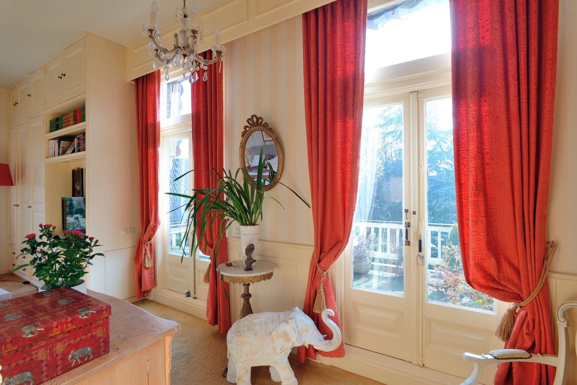 красные шторы фото дизайн
