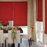красные шторы римские