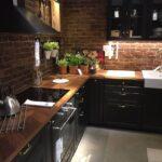 темный кухонный гарнитур в лофте