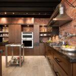 кухонный гарнитур с кирпичными стенами