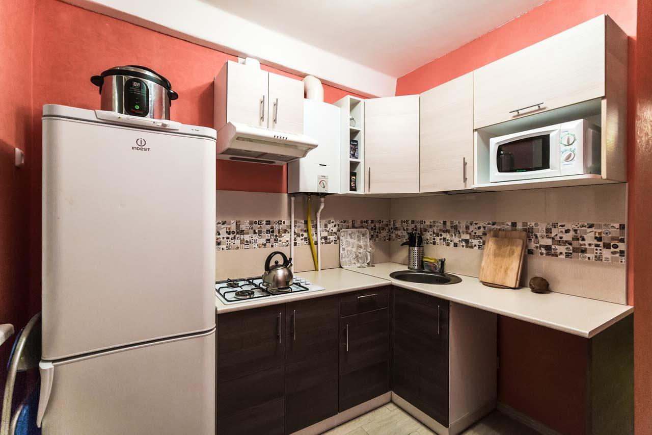 кухня с газовым котлом между шкафами