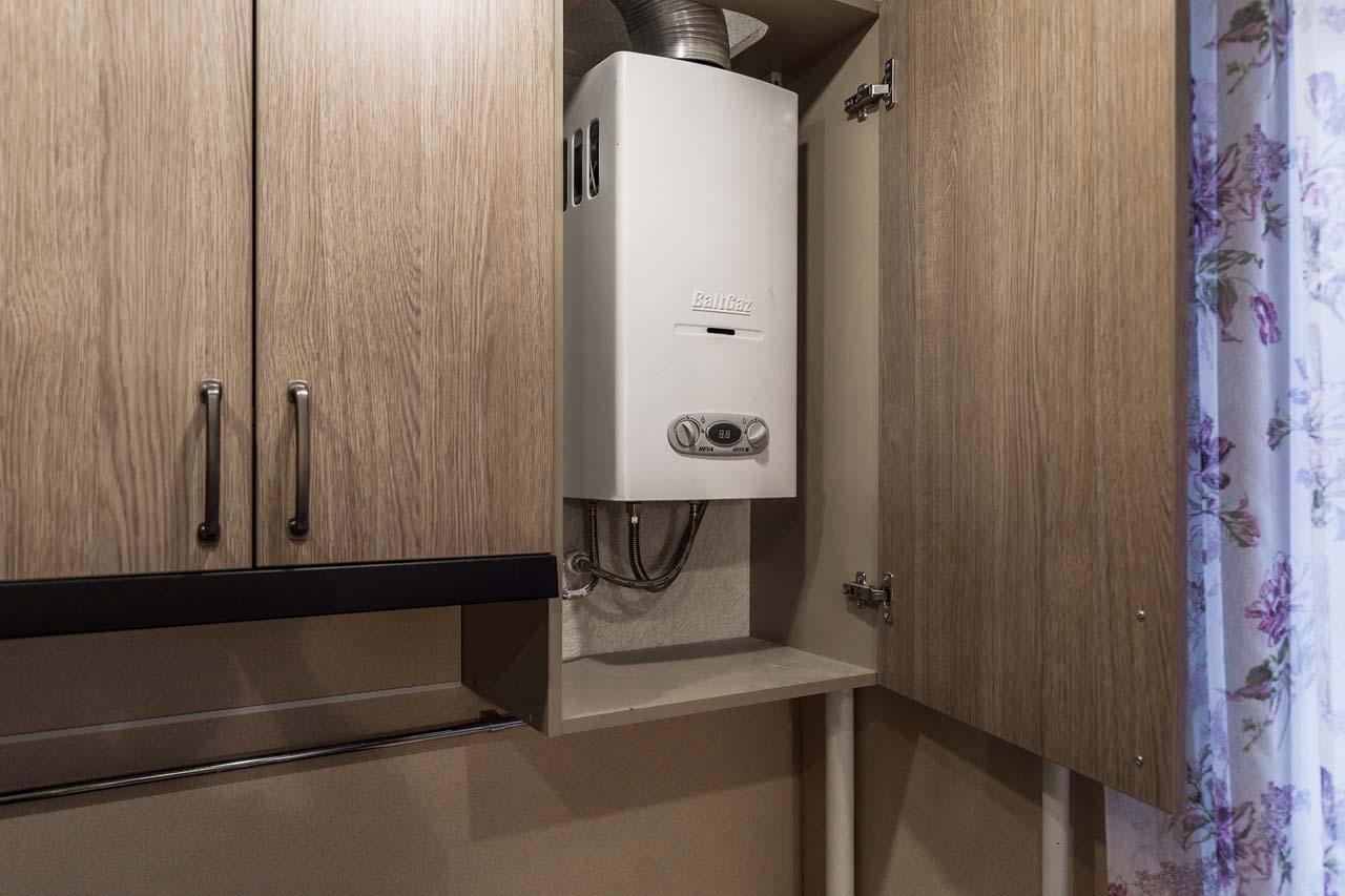 кухня с газовым котлом в шкафу