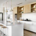 кухонный гарнитур в светлом интерьере
