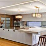 белый кухонный гарнитур с островом